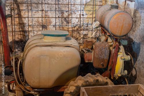 Fotografia  alte maschine zum spritzen für den weinbau, weinbergspritze