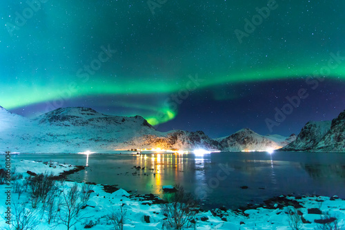 Foto auf AluDibond Nordlicht amazing view of Northern light in Lofotem island with big mountains in background