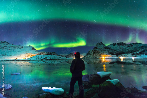 Foto auf Gartenposter Nordlicht Northern lights at night with lonely man on front