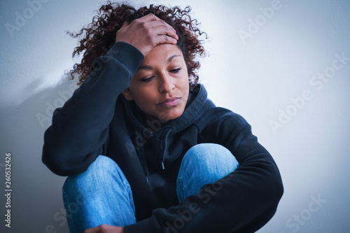 Photo Black girl feeling unwanted abandoned and unloved