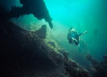Plongeurs Sur Une épave