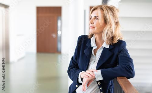 Fototapeta  Attraktive reife Frau im Business-Outfit