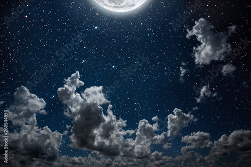 Foto  backgrounds night sky with stars and moon and clouds.