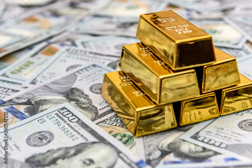Gold bullion on american dollar banknotes close up Fototapet