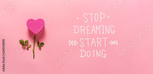 Fotografía  Stop dreaming start doing message with heart flower top view flat lay