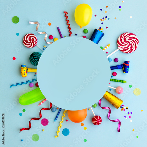 Foto Colorful birthday party flat lay background