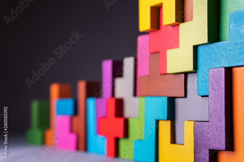 Photo  Geometric shapes on a wooden background.