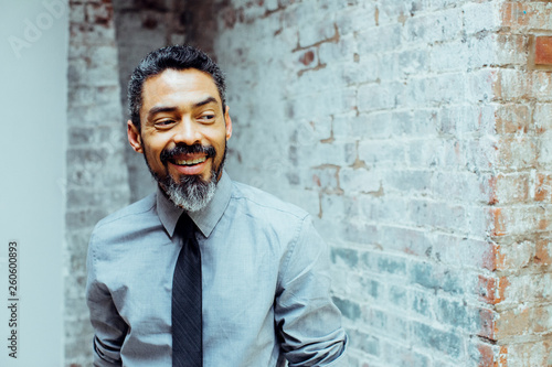 Photo Portrait of a very happy man with beard in shirt and tie