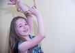 Mädchen spielt Tamburin