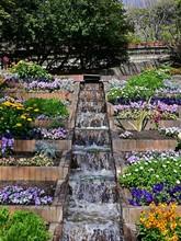 水路と花壇のある公園...