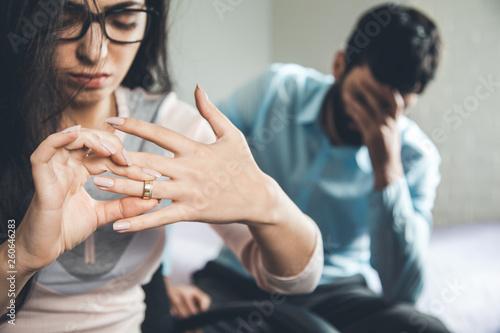 Fotomural  sad woman hand ring with sad man