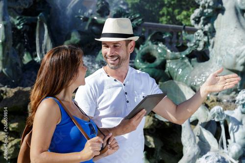 tour guide showing a client on the landmarks Slika na platnu