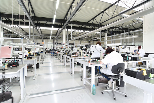 Fertigungslinie in der Mikroelektronik - arbeiter bei der Montage von Bauteilen // workers in a factory for the production of electronics - modern industrial enterprise