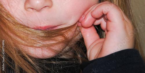 Fényképezés  Manos de niña con el pelo en la boca