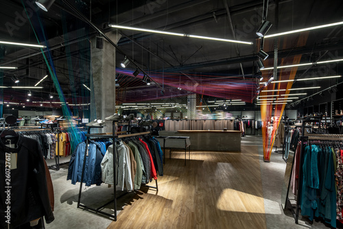 Nowoczesny sklep z odzieżą z dużym wyborem różnych ubrań i butów