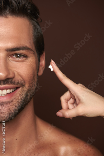 Photo Happy smiling manful guy going to apply face cream