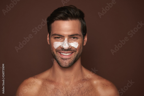 Photo Young happy manful guy with face mask
