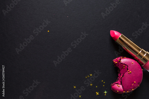 Foto auf AluDibond Macarons flat lay template, in glamorous chic style, black background, scarlet lipstick and gold sequins.