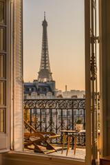 prekrasan pariski balkon u zalasku sunca s pogledom na Eiffelov toranj
