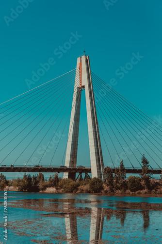 Foto auf Acrylglas Schwan Bonito puente de interes turistico pasando sobre río con cielo azul brillante de viaje en españa europa