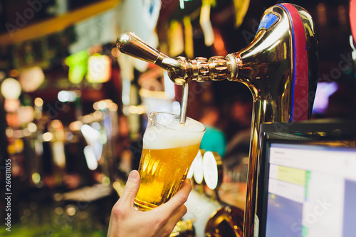 Canvastavla Barman hands pouring a lager beer in a glass.