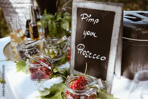 Valokuvatapetti Pimp your Prosecco beim Sektempfang einer Hochzeit.