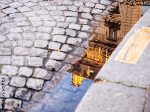Photo Reflection of luxury parisian apartments building in Haussmannian style in the w