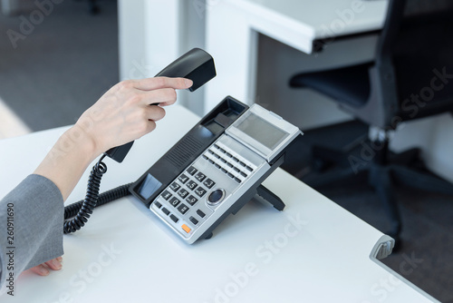 Obraz 受話器を取る女性 - fototapety do salonu