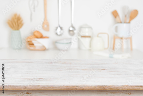 Fotografia Empty wooden table on blurred kitchen accessories background, copy space