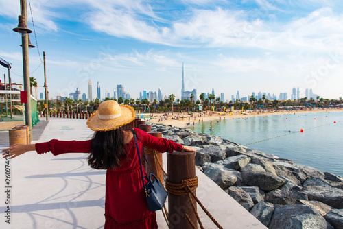 Fotomural  Woman with panoramic view of Dubai downtown