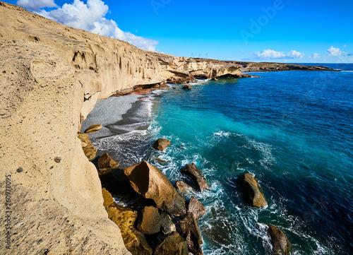 Fototapeta premium Skaliste wybrzeże San Miguel del Tajao w południowo-wschodniej części Teneryfy o wschodzie słońca na hiszpańskich Wyspach Kanaryjskich