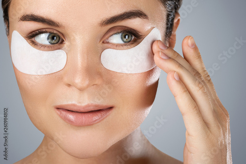 Fotografía Woman with hydrating eye patches under her eyes o