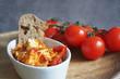 Fetakäse-Salat mit Brot und Tomaten