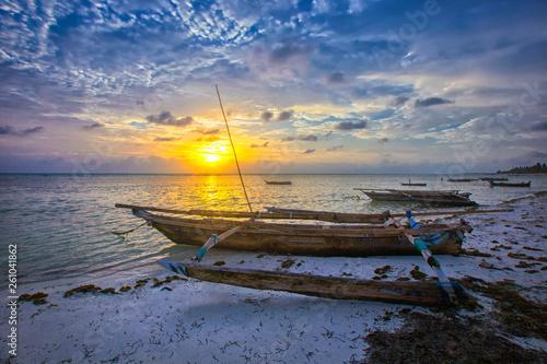 Montage in der Fensternische Sansibar Boat of a fisherman on a tropical beach, Zanzibar, Tanzania