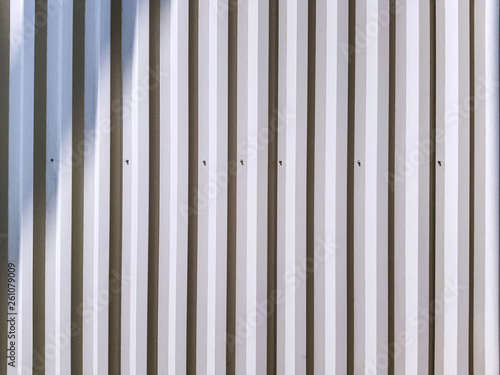 Foto  Full Frame Background of White Corrugated Wall with Light and Shadow
