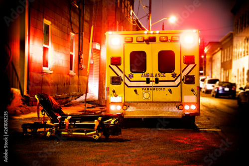 Photo An ambulance car parked on the side street at night