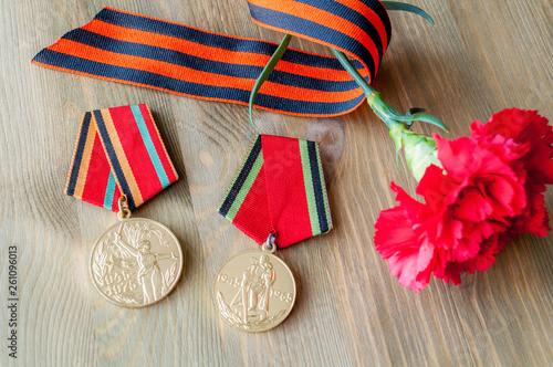 Fotografia  9 May background with two medals of Great patriotic war, red carnations and Geor