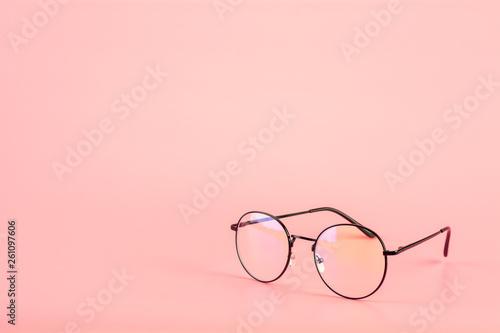 Pinturas sobre lienzo  Eyeglasses on pink background.
