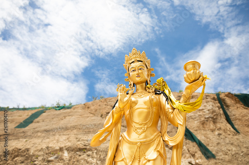 In de dag Historisch mon. Golden statue of Goddess Tara