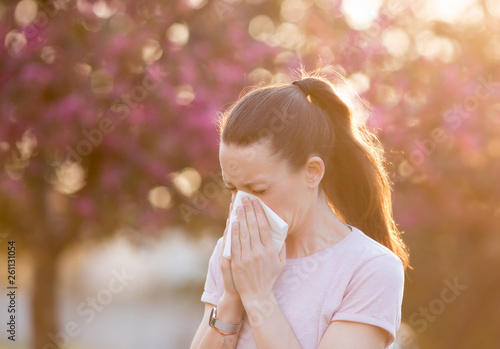 Woman blowing nose because of spring pollen allergy Billede på lærred