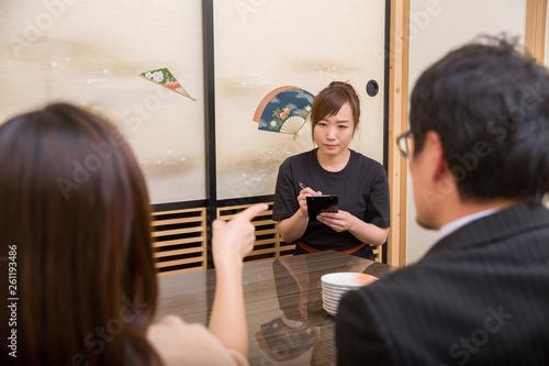 Valokuva  客に怒られる居酒屋のスタッフ