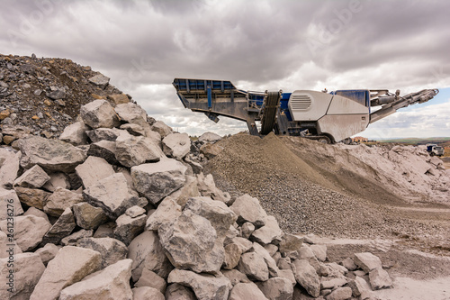 Mechanical conveyor belt to pulverize rock and stone and generate