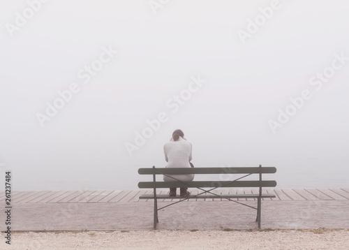 Photo  Depressive Frau auf Bank.