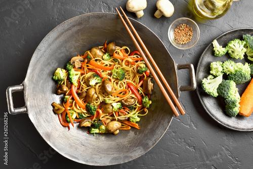 Valokuva  Udon stir-fry noodles with vegetables in wok