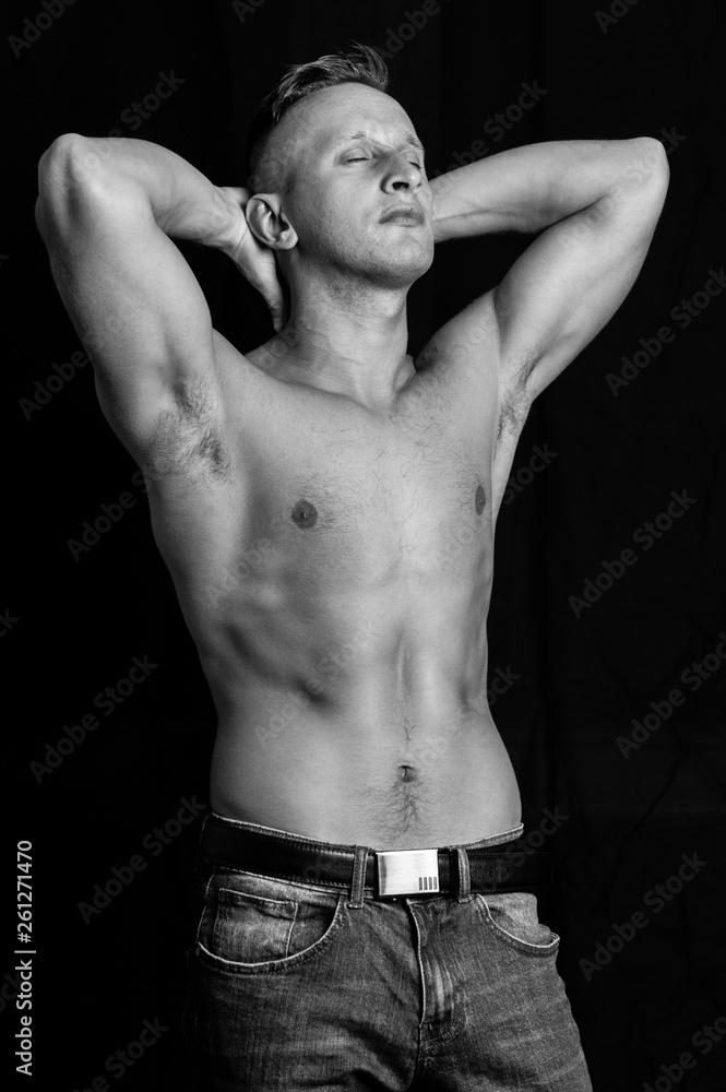 Fototapeta portret mężczyzny w studio na czarnym tle