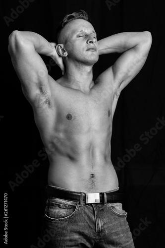 Obraz portret mężczyzny w studio na czarnym tle - fototapety do salonu