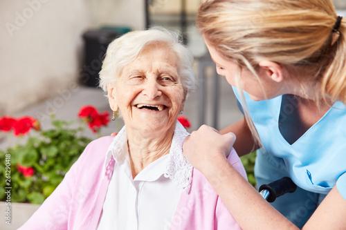 Cuadros en Lienzo Senior Frau und fürsorgliche Altenpflegerin