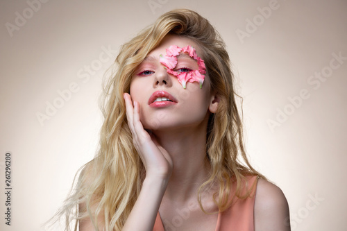 Fotografia  Tender blonde model wearing pink dress having pink makeup