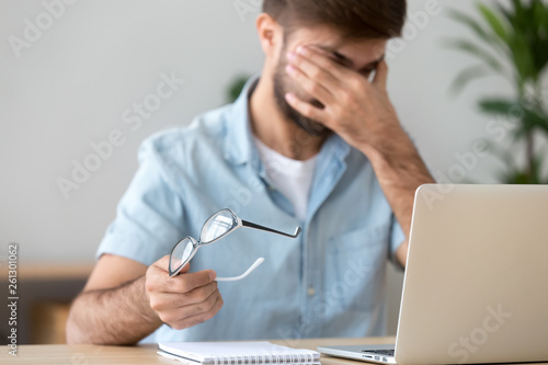 Photo  Man suffering from dry eyes syndrome after long computer work