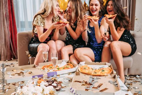Obraz na plátně Girls hangout